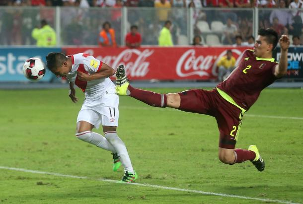 Peruvian striker Raul Ruidíaz heading in the game tying goal at the 94th minute on Friday against Venezuela. Photo provided by Andina.