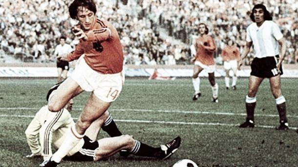 Johan Cruyff con la pelota regateando a un rival     Foto: infobae.com