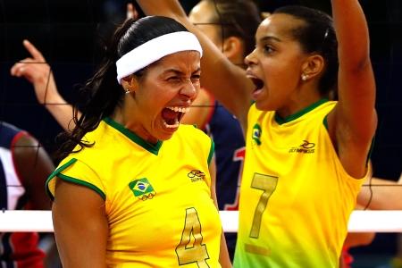 Paula Pequeno e Fofão comemoram ponto na final (Foto: Cameron Spencer / Getty Images)