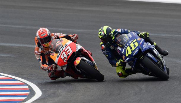 Márquez intentando adelantar a Rossi en el GP Argentina / Foto: LAT Images - Gold&Goose