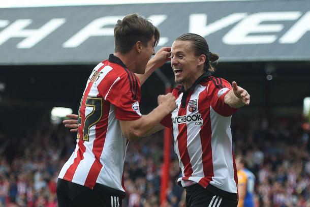 Vibe y Canós celebran un gol con el Brentford esta temporada. Foto: Mirror