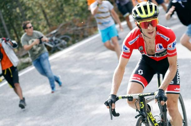 Simon Yates, con el maillot rojo de líder. | Foto: La Vuelta