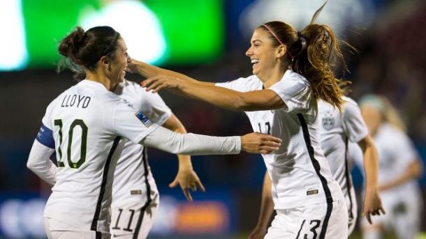 Alex Morgan y Carla Lloyd en un partido con la selección americana I Fuente: foxsports.com