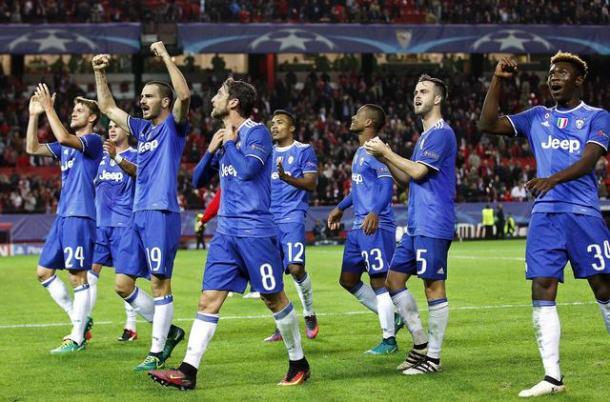 La Juve festante dopo la vittoria a Siviglia. | Fonte immagine: Ansa