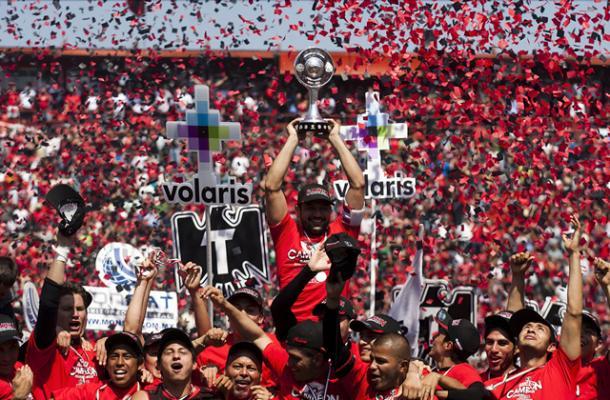 Javier Gandolfi levantando el título de Ascenso / Fuente: Xolos de Tijuana