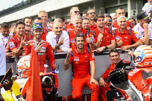 El italiano, celebrando los 20 puntos junto a su equipo. Imagen: MotoGP