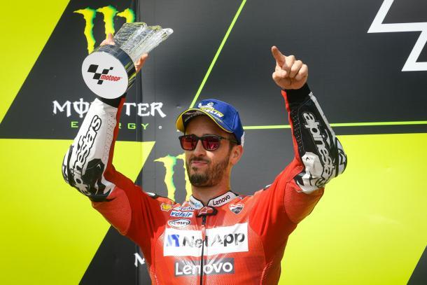 Andrea Dovizioso celebra su segundo puesto en el podio. Imagen: MotoGP