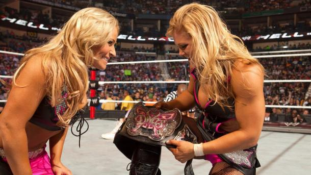 Beth junto a Natalya tras ganar el Divas Championship | Foto: WWE.com