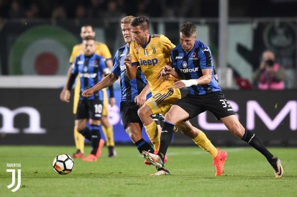 Hateboer y Dybala disputando una posesión en el encuentro entre Atalanta y Juventus / Foto: Juventus
