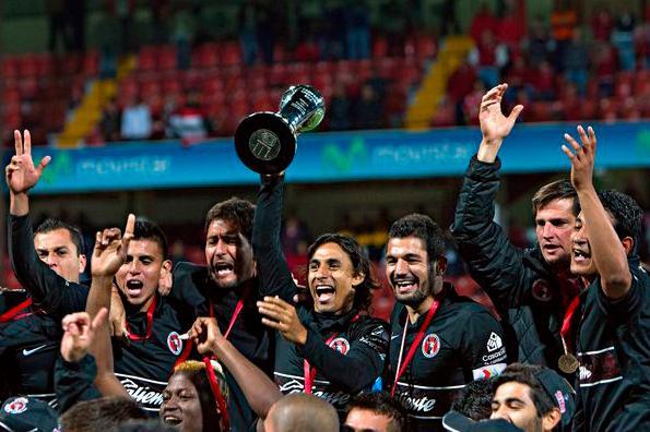 Fernando Arce levanta el trofeo de la Primera División de México. / Fuente: Ascenso MX