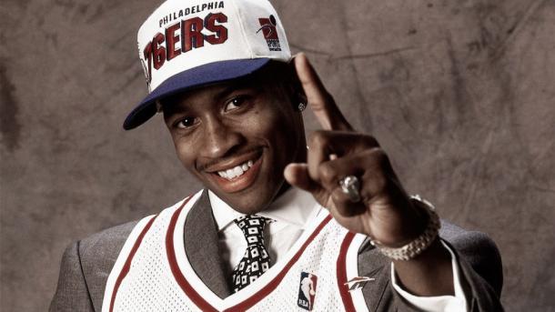 Iverson posando en el Draft de 1996   FOX