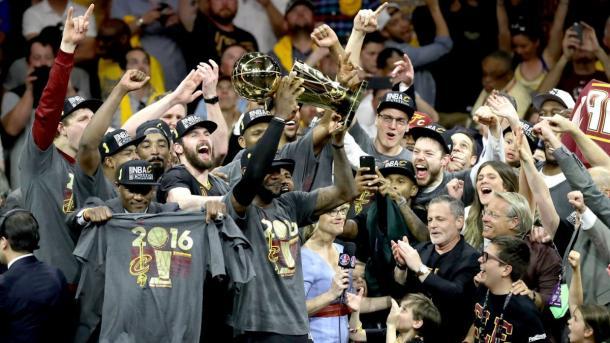 LeBron James levantando o troféu de campeão da NBA, que pôs fim na seca de Cleveland (Foto: Divulgação/NBA)