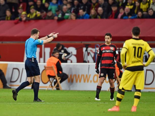 Felix Zwayer walked off the pitch after Schmidt refused to go to the stands. Image via Kicker.de
