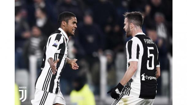 Douglas Costa es felicitado por Pjanić tras su gol | Foto: Juventus