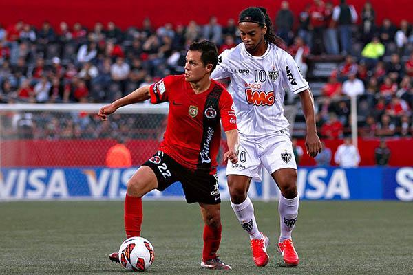 Juan Carlos Núñez enfrentando a Ronaldinho en los cuartos de la Copa Libertadores. / Fuente: Ascenso MX