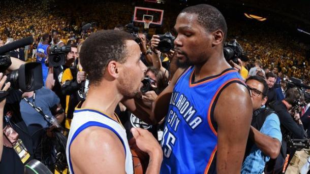 La charla entre Curry y Durant luego que Golden State fue campeón del oeste. Foto: Fox Sports