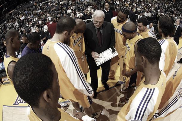 Phil Jackson en un partido con los Lakers   Homesthatfit
