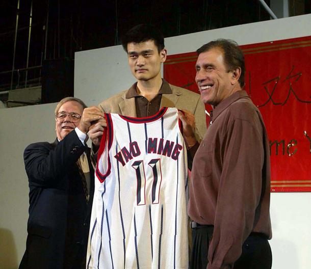 Yao Ming junto a Tomjanovich y Stern en 2002 (FUENTE: ballislife.com)