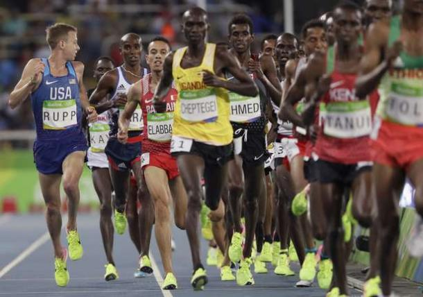 The pack of runners in the 10,000 meters at the Olympics/Photo: David J. Philip/AP