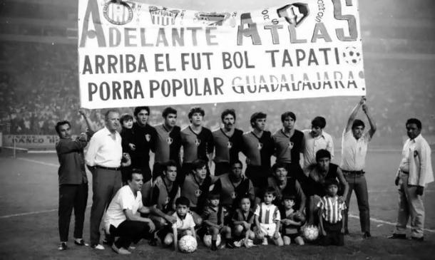 Manta conjunta de Chivas y Atlas para apoyar al Rojinegro en el playoff. / Fuente: El Informador