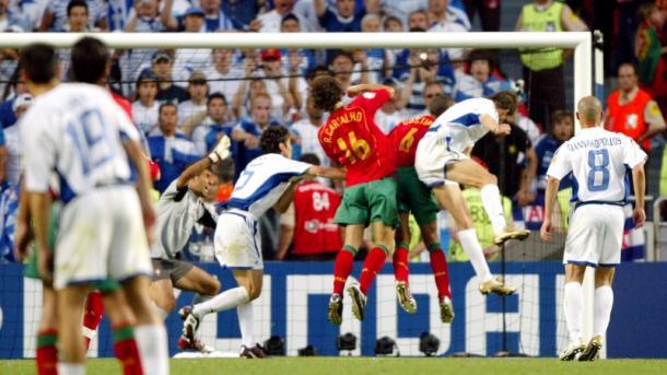 Charisteas marca el gol que da la primera Eurocopa a Grecia. / Foto: mcfc.co.uk