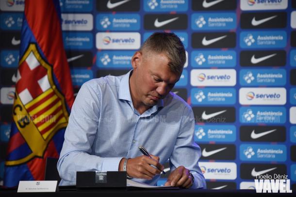 Saras Jasikevicius firma su contrato con el FC Barcelona durante su presentación | Fuente: Noelia Déniz, VAVEL