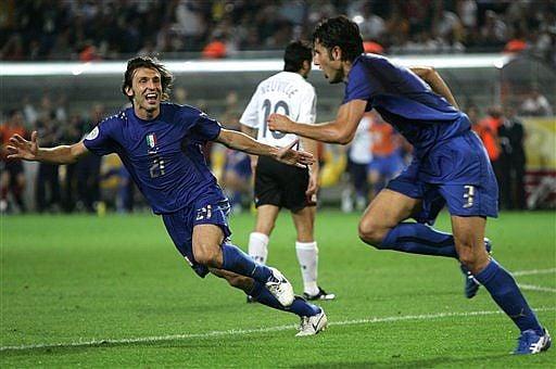 Pie de foto> Fabio Grosso celebra su golazo junto a Pirlo.  Foto: AP Photo/ Andrew Medichini