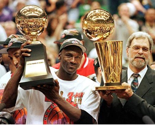 Michael Jordan y Phil Jackson después de ganar su último campeonato | Foto: Getty Images