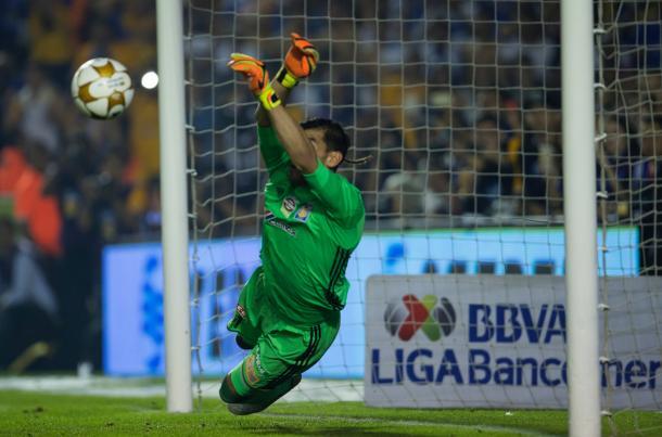 Nahuel Guzmán atajando el último penal, Final Apertura 2016 | Foto: Reporte Noreste