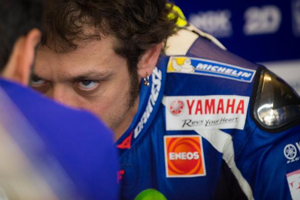 Valentino Rossi dialogando con su equipo tras la caida sufrida en pista. Foto: Moto GP.