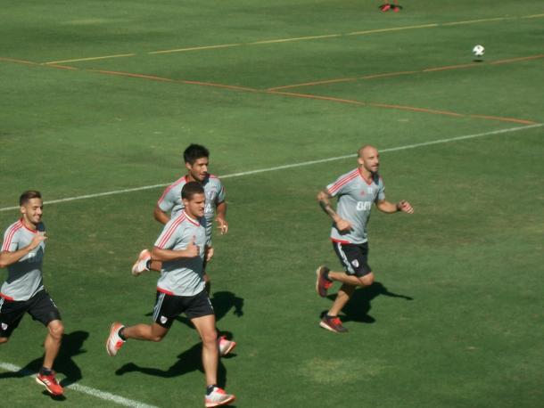 Saracchi, Zuculini, Lollo y Pinola trotando alrededor de la cancha. Foto: Vavel.