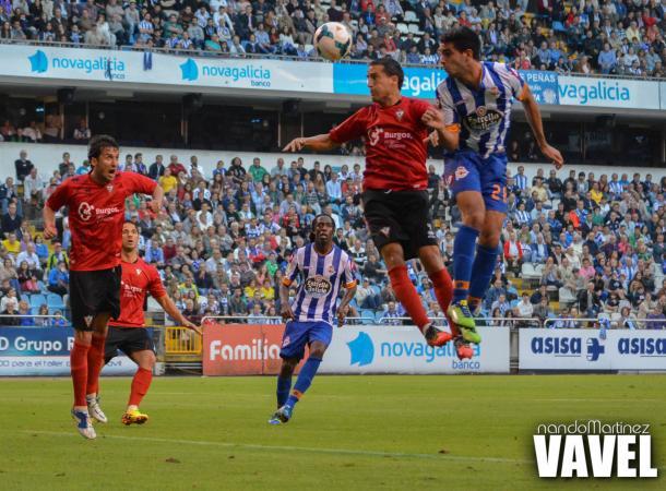 Futbolista del Mirandés defendiendo un remate de cabeza