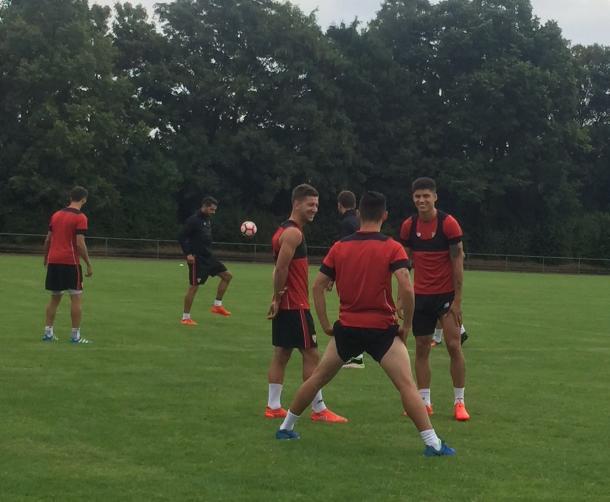 Vietto (centro) já treina com os novos companheiros (Foto: Divulgação/Sevilla FC)