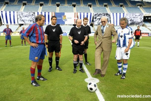 Los capitanes junto al trío arbitral y al socio realista mas veterano. Foto: Real Sociedad