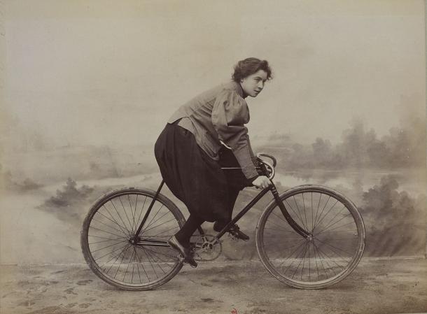 Mujer con bloomers sobre una bicicleta en 1896 (Wikipedia DP).
