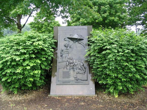 """Monolito colocado en el sitio exacto del """"aterrizaje marciano"""" en Grover's Mill, Nueva Jersey (EEUU) (PD)"""