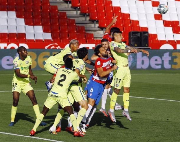 Jugadores del Getafe y del Granada en un córner. Fuente: Granada C.F.