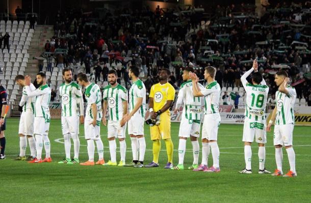 Los jugadores aplauden a la afición antes del comienzo de un partido | Foto: Córdoba CF