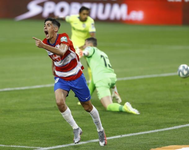 Carlos Fernández celebra el segundo gol del Granada. Fuente: Granada C.F.
