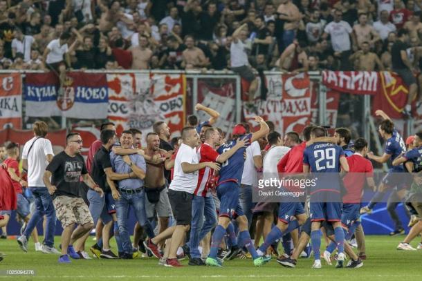 Invasión de campo de los aficionados del Estrella Roja celebrando la clasificación | Foto: Getty Images