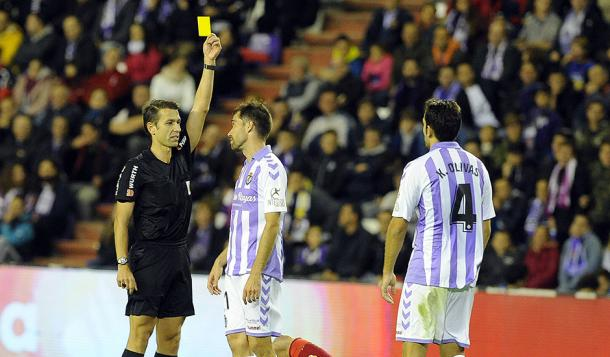Cordero Vega saca amarilla a Kiko Olivas   Real Valladolid