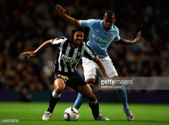 Jerome Boateng presiona a un rival durante un encuentro defendiendo los intereses del Manchester City / Fotografía: Getty Images