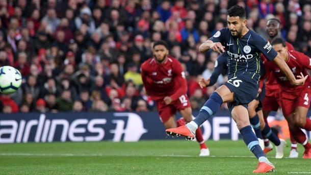 Mahrez en el penalti errado. Foto: Premier League.