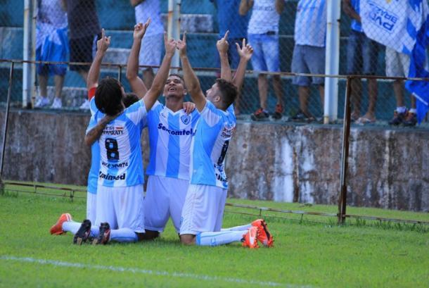 Equipe festejando a vitória por 2 a 0, diante do PSTC (Foto: Divulgação/Londrina EC)