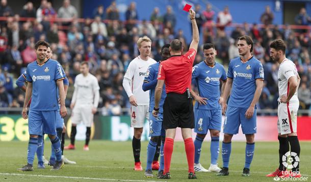 Mateu Lahoz muestra una roja a Djené | LaLiga