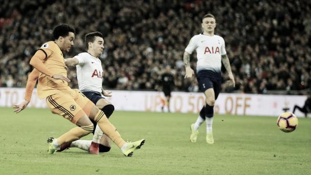 Hélder Costa define para el 3-1 final. Foto: Premier League.