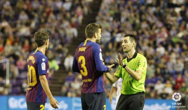 De Gurgos habla con Piqué durante el Real Valladolid - Barcelona | LaLiga