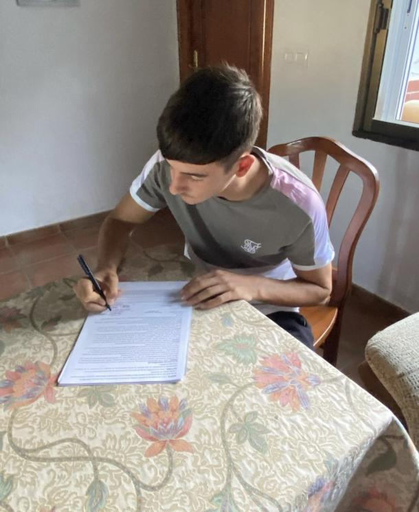 'Samu' firma su primer contrato profesional con el equipo blanco | Fuente: @samuelexpo11