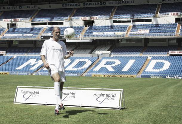 Zidane é apresentado no Real Madrid em 2001 como o jogador mais caro da história à época (€73.5) | Foto: AFP/Getty Images