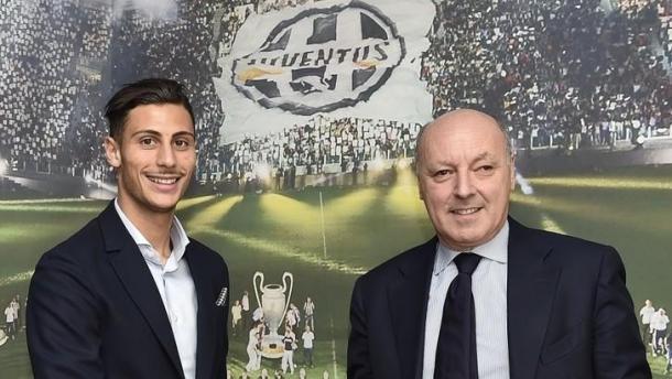 Rolando Mandragora il giorno della firma. | Fonte immagine: Tuttosport